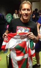 Michel Salgado, muestra su apoyo a FAVAFUTSAL, firmando y posando con la camiseta de nuestra selección de Euskadi.
