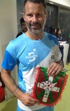 Ryan Giggs , leyenda del Manchester United, muestra su apoyo a FAVAFUTSAL posando con nuestro escudo y firmando la camiseta de la selección de Euskadi de Futsal.